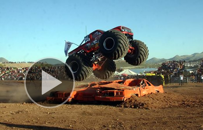 Video : Monster Truck pierde el control y arrolla espectadores en Chihuahua