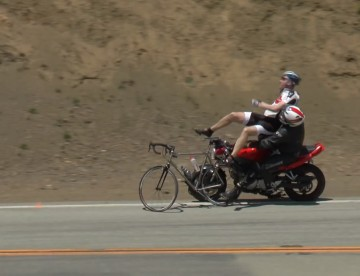 Motociclista atropella dos ciclistas, video