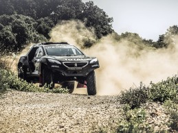 Peugeot mostró la 2008 DKR con el que correrá el Dakar