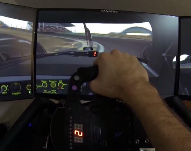 Piloto profesional se entrena con simulador Project Cars