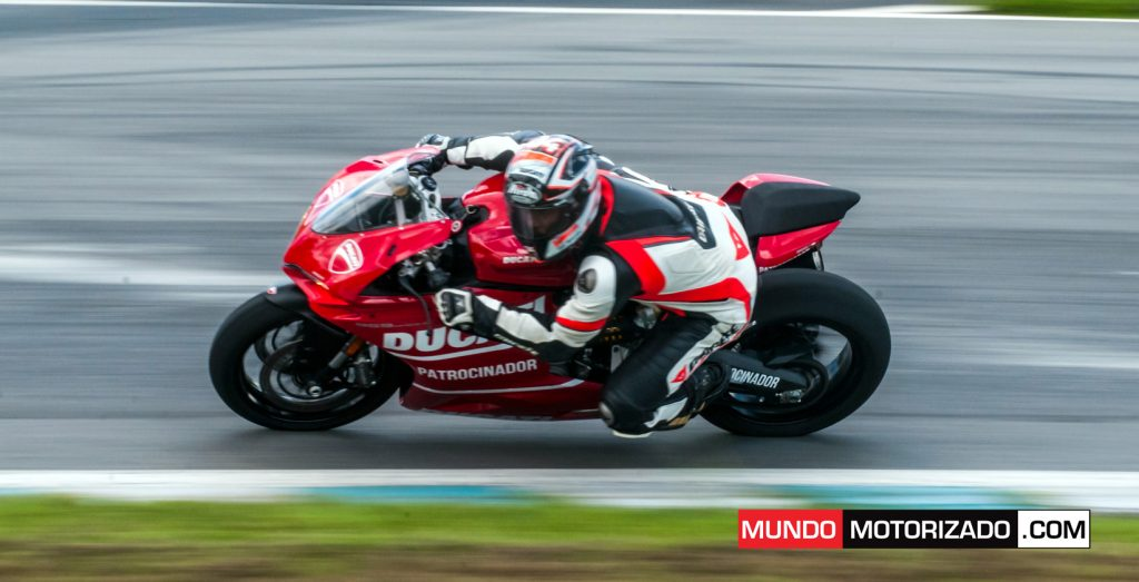 Enrique Zamora en la Ducati Panigale 959 durante la presentación de la monomarca. ( foto de Alex Otarola )