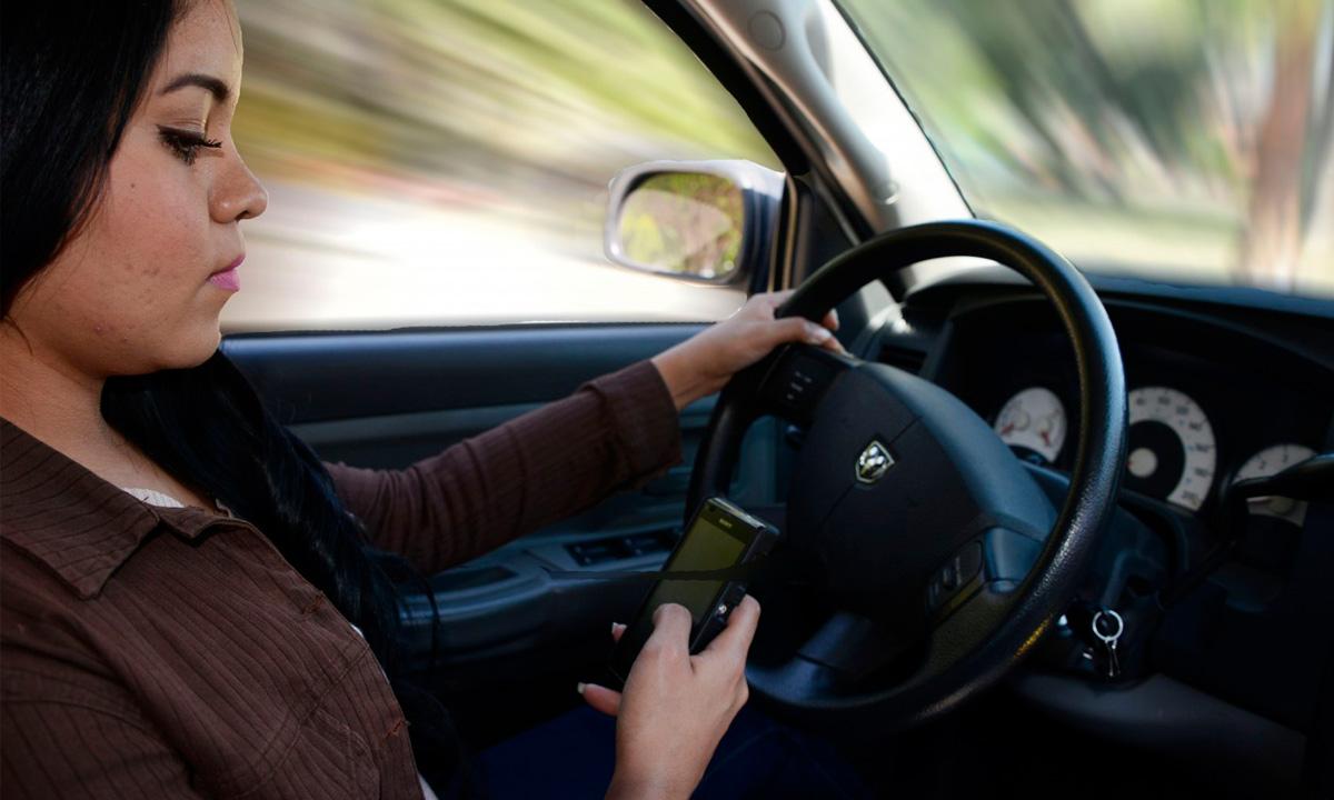 1.629 conductores recibieron sanción de más de ¢100.000 por usar el celular o hacer otra cosa mientras conducían