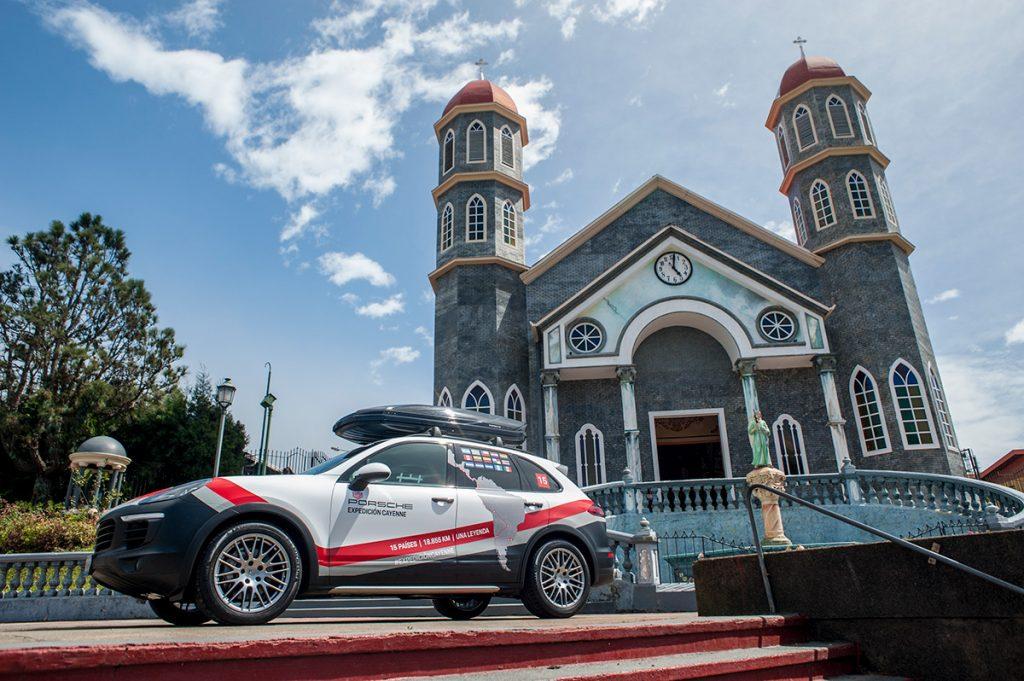 Al pie de la iglesia de Zarcero en Alajuela.