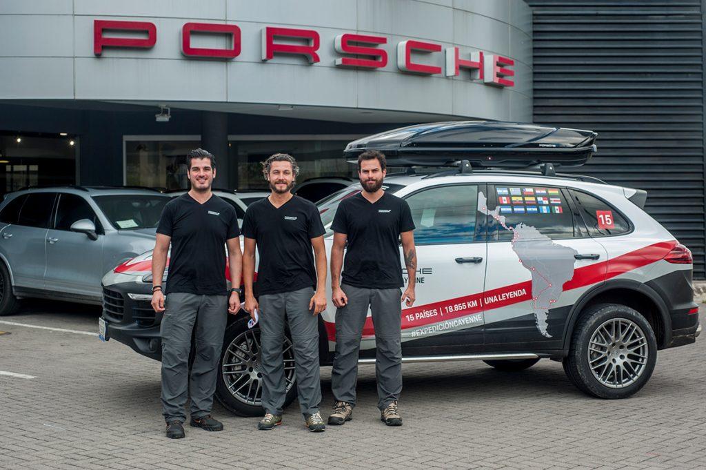 Los miembros de la Expedición Cayenne en el Porsche Center en San José.