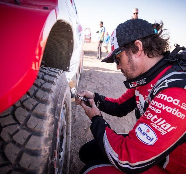Alonso se queda sin opciones en el Dakar al chocar con una piedra